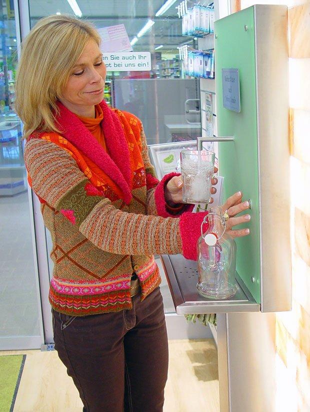 Photo Trinkbrunnen spendet Apotheken-Kunden nach Grander® belebtes Trinkwasser | besseres-wasser-berlin.de