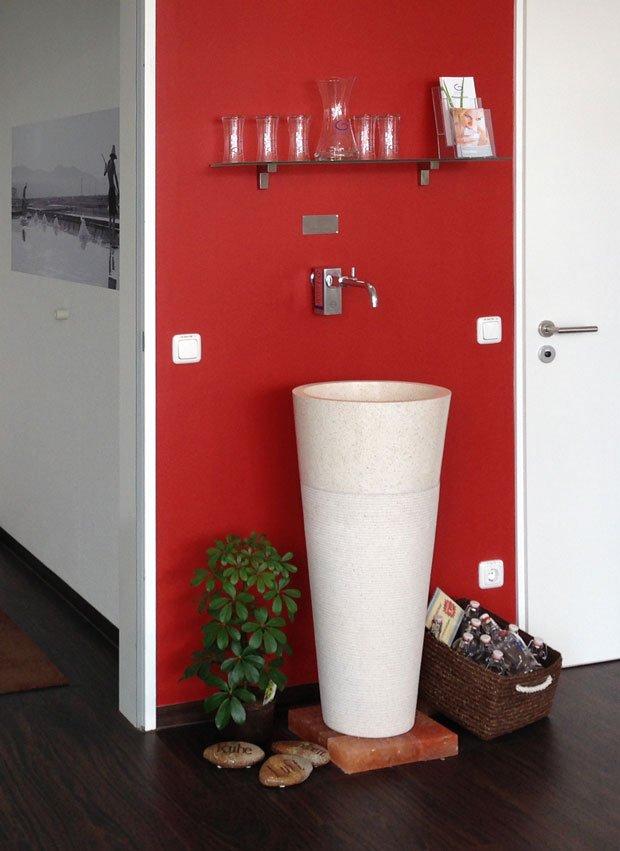 Photo Trinkbrunnen Glas Edelstahl spendet Apotheken-Besuchern nach Grander® belebtes Trinkwasser | besseres-wasser-berlin.de